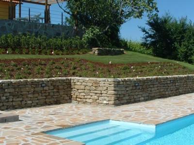 Giardino con piscina kepos giardino paesaggio ambiente - Terrazzamenti giardino ...